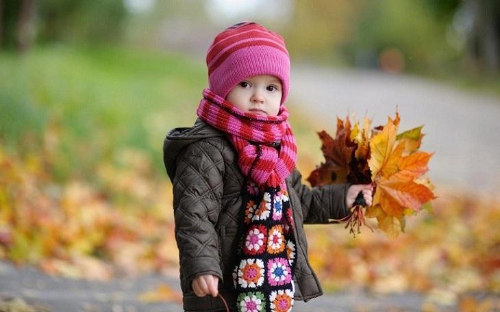 Giữ ấm cho trẻ nhỏ khi ra ngoài trong thời tiết giao mùa